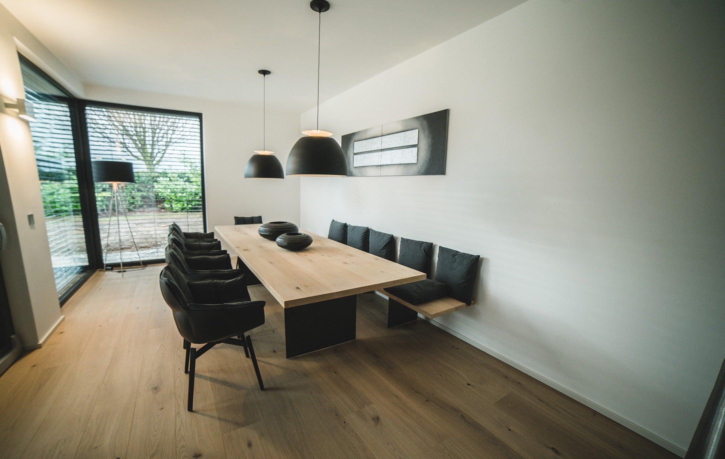 Maßangefertigter Esstisch aus Holz nach Fertigstellung von Parga