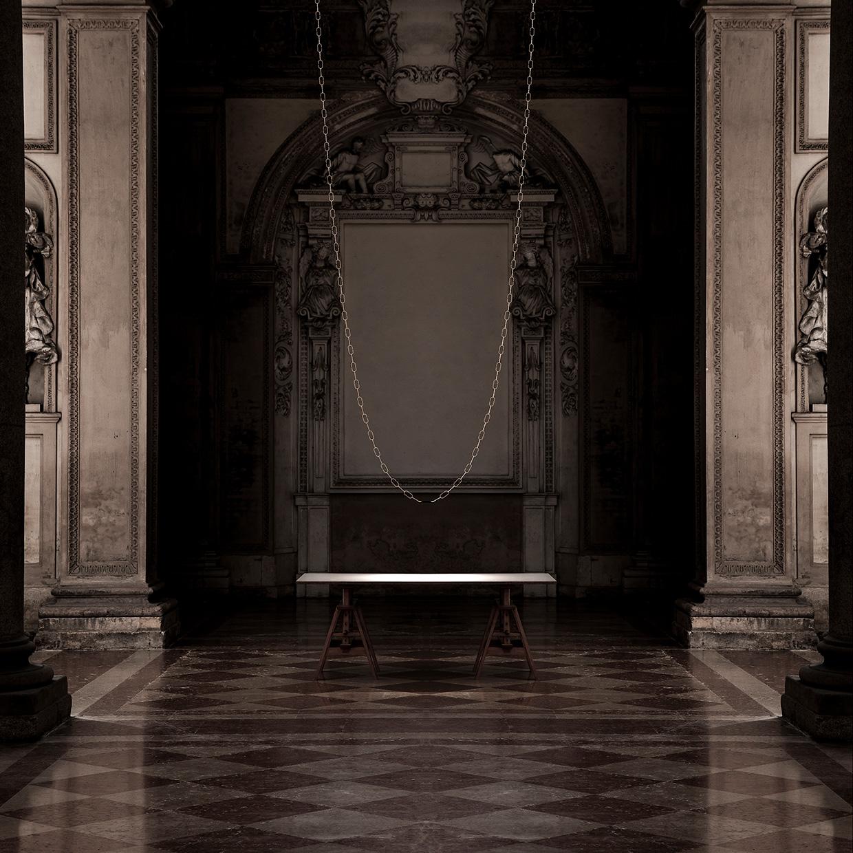 ChainDelier Design Leuchte von Davide Groppi im antiken Ambiente