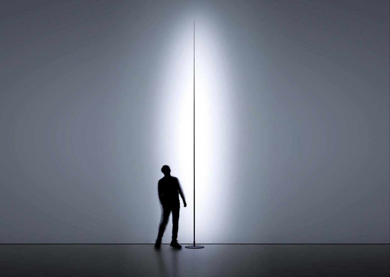 Filigrane Outdoor-Lampe von Davide Groppi im minimalistischen Ambiente mit einer Person