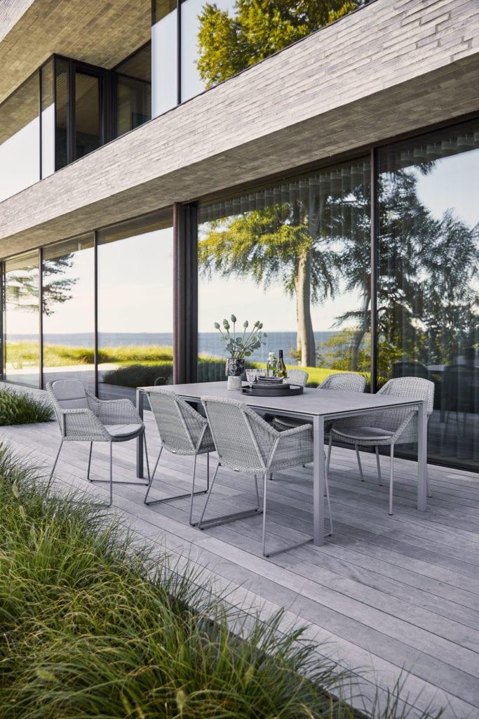 Freiluft-Dinner mit den Gartenmöbeln der Serie Breeze von Cane-line